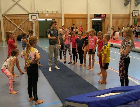 FØLGER GODT MED: 4. til 7.-klassingene på Haugesund Turnforenings mandagstrening i Tysværtunet følger med mens trener Jørgen P. Fosen instruerer.