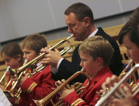 Debutanter: Vegard Holand og Erlend Mikalsen begynte å spille i Mosjøen skolekorps i oktober 2015. Søndag deltok de på Den store korpskonserten. Knut Tore Sæterstad i midten. Foto: Stine Skipnes