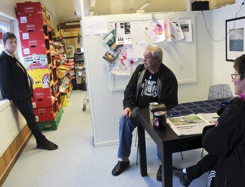 I kaffekroken: – Butikken er gjev på alle måter. Her får vi alt vi trenger, sier Magne Vassvik og Gunn-Anita Vassvik. I tillegg sparer de bompenger ved å handle lokalt. En kaffetår og en prat med bestyrer Else Lund hører med når handlelista er oppfylt ved Nærbutikken Drevvatn. FOTO: STINE Skipnes