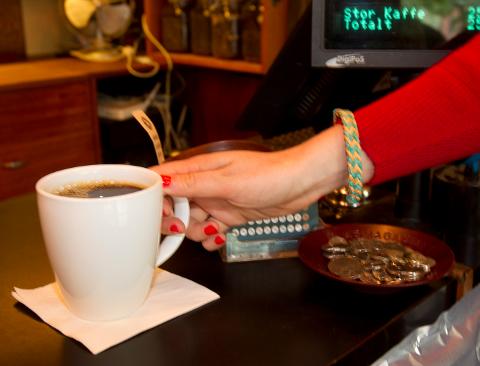 Oslo  20110706. Nordmenn er er på verdenstoppen i kaffedrikking. Svart kaffe er mest vanlig. Her serveres svart kaffe på en kaffebar. Foto: Terje Bendiksby / Scanpix