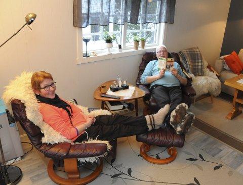 AKKURAT PASSE: Kari og Per-Helge Bolstad har vært i hop siden 1985 og campet sammen like lenge. Per-Helge startet ti år før det igjen. Her i den 15 kvadrats spikerbua på Sjåmoen har de alt de trenger for et luksusliv på hytta.