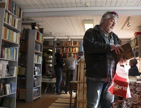 På skattejakt: Ulf Ulriksen karakteriserer seg som historieinteressert og er stamkunde ved Alrunen antikvariat i Mosjøen. – Det finnes folk som reklamerer med at de aldri har lest ei bok. Da blir jeg styggredd, sier Ulriksen. Antikvariatet har spesialisert seg på nordnorsk og nordsvensk litteratur, samisk, krigslitteratur og lokalhistorie fra Nord-Norge.Foto: Stine Skipnes