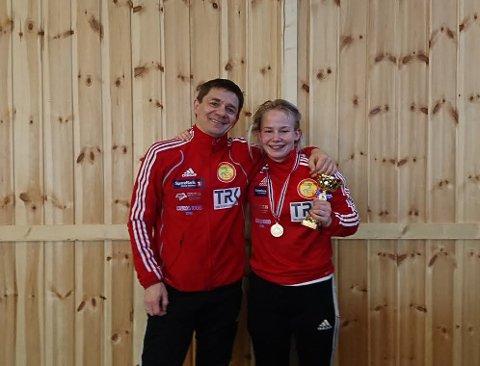 BLE BEST: Gullvinner Synne Margrethe Haagensen sammen med sin brytetrener Frode Gundersen etter at hun ble kåret til stevnets beste bryter i Tønsberg.