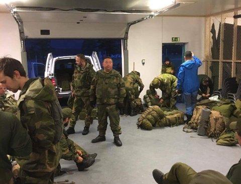 Klokken 22.00 søndag kveld starter soldater fra HV-17 med buss fra Alta mot Sørøya. Foto: Forsvaret