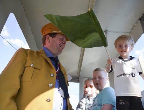 UNG LOKFØRER: Ingen tvil om at Leander Johansen syntes det var stas å vinke med flagget til lokfører Arnt Egil Ananiassen. I bakgrunnen Martin Jensen og Lillian Johansen.