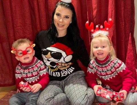 ADVENTSGLEDE: Maximilian Renè Kristiansen-Joks (2), Hailie Amanda Kristiansen-Joks (4) og Stine Mari Kristiansen (25) synes det er veldig hyggelig å gi bort noe til andre i juletiden.