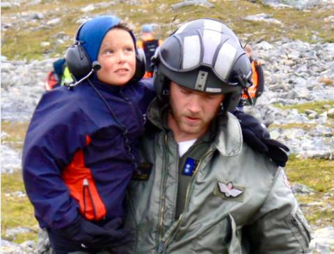 Reddet: Her blir Steffen reddet etter 19 timer på fjellet alene.