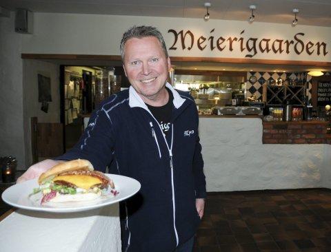 Suksess: Trond Underhaug serverer god, hjemmelaget mat. Lokalbefolkningen har vist at de setter pris på tilbudet ved Meierigaarden Kro.Alle Foto: Anita JAcobsen