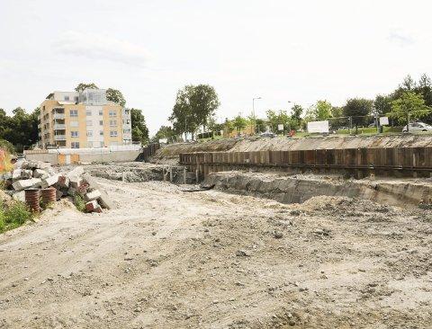 Bygger: Garasjeanlegget for de to siste blokkene i Egebergkvartalet på Sørumsand bygges i disse dager. Den første blokka er ferdig og innflyttet.Begge foto: Anita Jacobsen