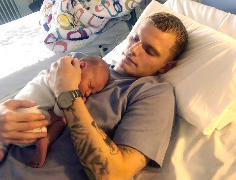 FAR OG SØNN: Meinhard Olsen sammen med den nyfødte hjemme på Færøyene.