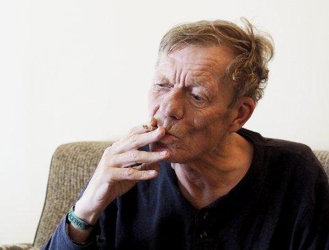 Vil ikke klage: – Det er det altfor mange andre som gjør, mener Trond Stokke, som trenger røyken sin. Foto: Svein-Ivar Pedersen