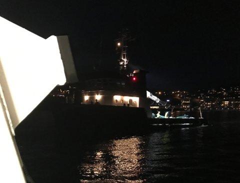 Her ser vi slepebåten som passa på snøggbåten der bildet er tatt frå. (Mobilfoto: Elisabeth Berg Hass).