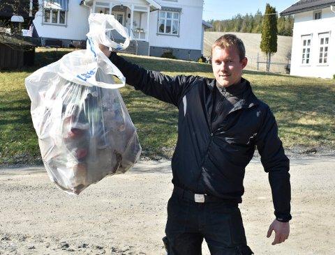 SØPPEL: Flere brus- og ølbokser, diverse emballasje fra bensinstasjonmat, kaffebegre, plastflasker og melkekartonger er noe av det Tore Hotvedt har funnet langs veikanten.