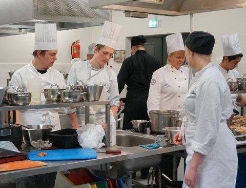 MATFAG: Matfag-utdannelsen i Kvinesdal opprettholdes. I bakgrunnen til høyre Turid Kalleberg.