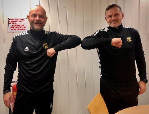 PÅ PLASS: Even Juliussen (til venstre) har signert kontrakten som gjør ham til Shaun Constables høyre hånd på Melløs. - Vi er heldige som har fått Even inn i teamet vårt, sier MFKs hovedtrener.