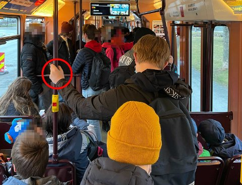 Kommuneoverlege Tove Røsstad advarer om berøringssmitte i kollektivtrafikken.