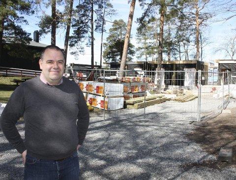 TRE NYE SANITÆRHUS: Leder av Solviks Venner, Robert Hovsdal, ser frem til innvielsen av det nye dusj- og toalettanlegget om noen få uker. Foto: Aina Moberg
