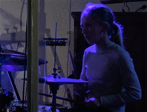 Kule jenter spiller trommer! Hanna er trommis i jentebandet.