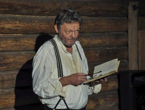 Mannslageren: John Nyutstumo gav til beste et nyskrevet Fønhus-kåseri over forfatterens syn på rovdyr og hans hypotetiske innspilll i dagens debatt, i tillegg til et utdrag fra monologen «Mannslagerhola», derav bekledningen. FOTO: Tor Arne Brekne