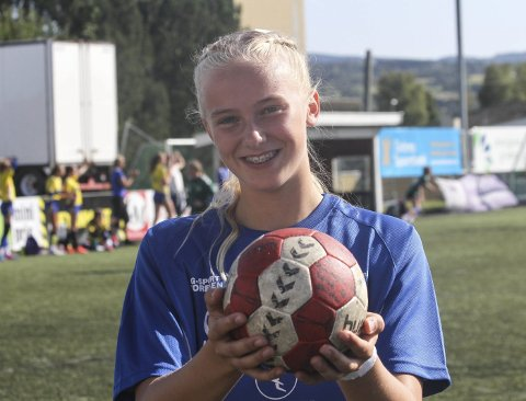 Lovende: Selma Panengstuen er god både i håndball og fotball. I helga viste hun seg fram i Starum Cup. Foto: Henrik Hornnæss