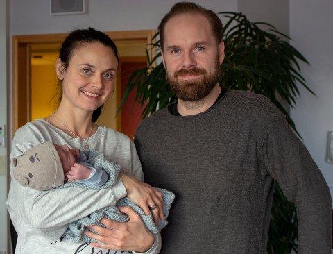 NYTTÅRSFORELDRE: Marte (36) og Joakim Svebakken (37) viser stolt frem sin nyfødte sønn Jens. Han ble født 1. januar klokken 04:48 og ble dermed årets nyttårsbarn på Gjøvik.
