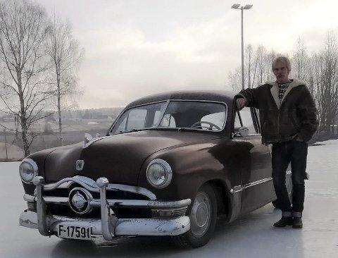KLASSIKER I DAGLIG BRUK: Andreas Berg-Nilssen kjører sin 1950 Ford Custom Fordor Sedan daglig. I løpet av et år har han kjørt 35.000 kilometer med den gamle bilen.FOTO: DAG SKOGLUND