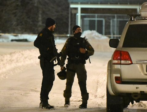 AKSJONERER: Bevæpnet politi står utenfor mannens bolig fredag kveld.