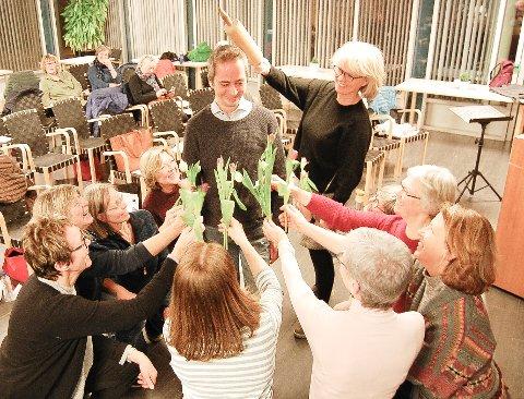 """PÅ KNE FOR TAGE: Kvinnene i KoriO går gjerne på kne for sin populære dirigent, Tage Tysland før skuddsårkonseren 29. februar i Kolben.. Kjevlen som dukket opp i bakgrunnen er også ment som et """"kjærlig"""" symbol."""