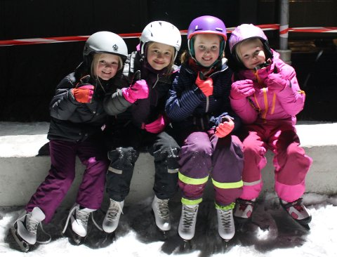 (f.v.) Rikke Vestby Lillemoen, Erika Stjärne, Klara Krane og Liv-Iza Heum gir tommel opp til det nye skøyteanlegget.
