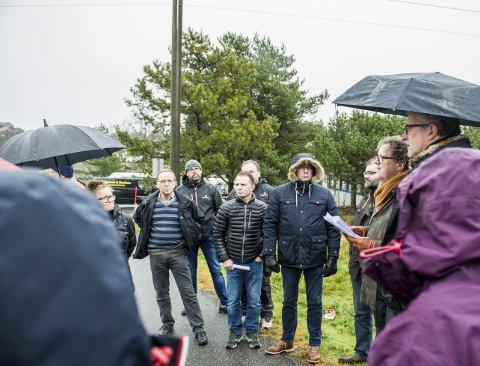 Befaring: Arkitekt Torbjørn Scheie (nr 2 fra høyre) orienterte politikerne under befaringen på Lauve i går.