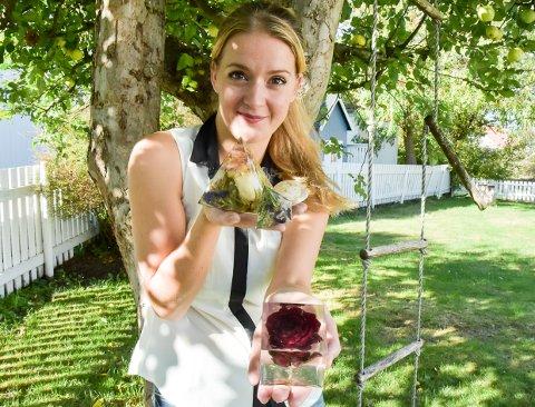 EVIGE BLOMSTER: Anna Wahrolén har startet enkeltpersonforetaket Forever Floral, og håper at ideen om innkapslede,  konserverte blomster vil slå an i Norge og Sverige.