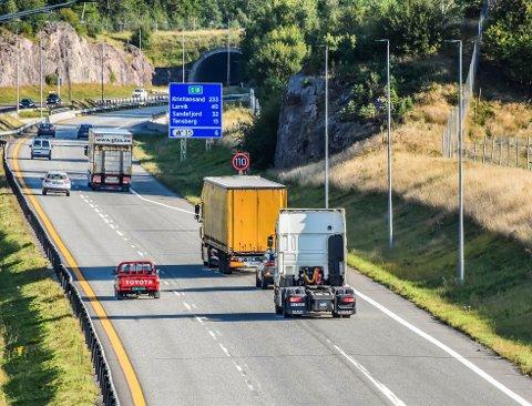 LAVERE FART: Både veivesenet og politiet går inn for å senke fartsgrensen nord for Hemtunnelen på E18, men det blir også gjennomført flere andre tiltak for å få bukt med de mange uforklarlige ulykkene i tunnelen. Trailere som kommer i kolonner fra Bastø-ferja, og legger seg ut på E18 fra Undrumsdalskrysset (bildet) er betraktet som en del av forklaringen.