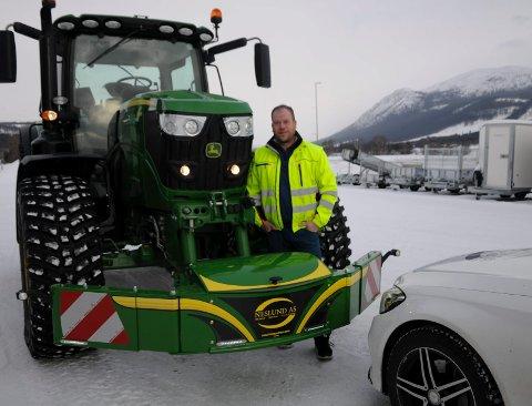 FØRST I LANDET: Jon Roger Nesland i Alvdal er landets første forhandler av tractorbumper som hindrer at store hastighetstraktorerer kjører over personbiler ved en frontkollisjon,