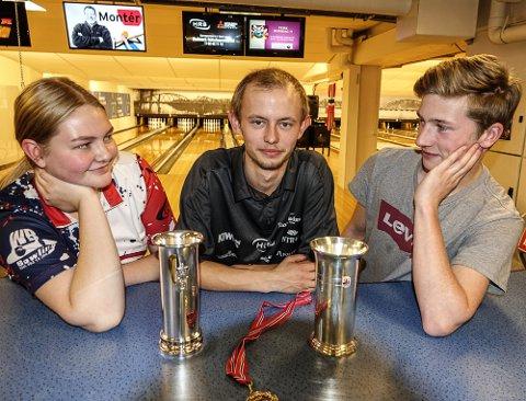 BEUNDRES: Jenny Mathiesen og Henrik Svartholt kan gjerne tenke seg en kongepokal i framtida og beundrer kongepokalen til klubbkamerat Alexander Beck.