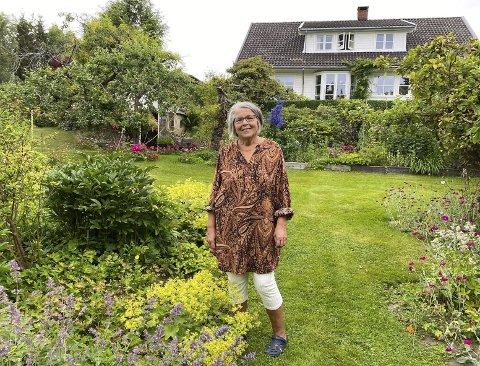 DEILIG: Eli Lunde (75) jobber mange timer i hagen hver dag gjennom hele sesongen. – Det er deilig å være her. Jeg stortrives i hagen min.