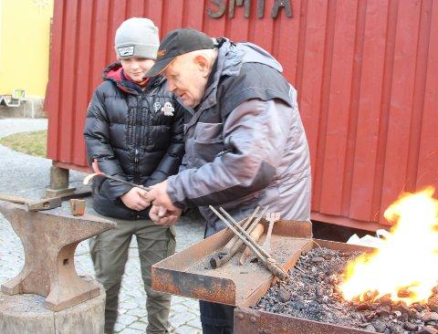 Læregutt: Arne Ringstad har fått en læregutt i Linus Carlsen Finnestad (11), som også har vært hjemme i smia hos Ringstad. - Han er akkurat sånn som en læregutt skal værra, sier mesteren.