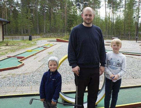 På campingtur: Isak (5), Jonas og Jonathan (8) Hillder testet ut minigolfen.