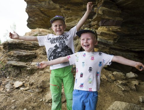 FORNØYDE: Sondre (6) og Håkon (4) Sandnes synes det var tøft at det var en grotte man kunne gå og titte i på toppen av Bertelberget.