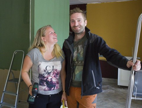 Her blir det kafé: Malen Kristiansen og Yngve Holm jobber på spreng, og gleder seg til å kunne åpne dørene til egen kafé med ferskvaredisk på Nesna i september. Foto: Isabel Haugjord