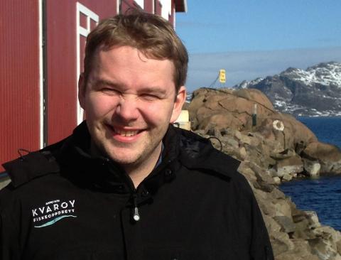 Daglig leder Alf-Gøran Knutsen i Kvarøy Fiskeoppdrett ansetter egne søppelryddere i sommerjobb.
