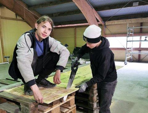 BYGGER: Aron Longva og Sindre Skullerud håper å få til et fullverdig parkouranlegg i Moelv.