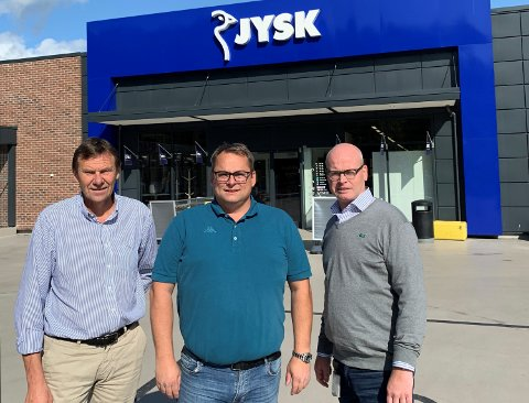 FORNØYDE: Regionsjef Paul Egil Garvik og salgssjef Morten Løve Olsen i Ahlsell sammen med AKAs driftsdirektør Rolf Hammerengen.