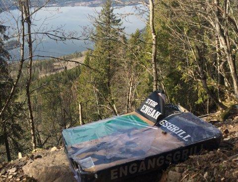 BRANNFARE: Turgåer fant engangsgriller i skogen på vei mot Mørkgonga andre påskedag.