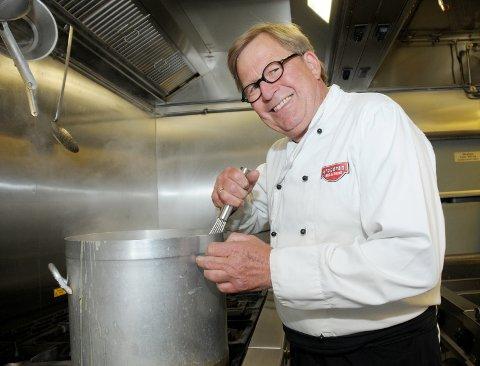 TRAVEL TID: Johnny Omdahl på Krøderen Kro har hatt hektiske dager i sommer med å servere mat til alle kundene.