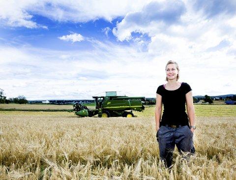 For to år siden overtok Lise Olavsdatter Lund drifta av gården Vestre Rotnes. Hun driver 1.000 mål korn i landets største kornkommune, og jobber lange dager for å få kornet i hus.ALLE FOTO: Lisbeth Andresen