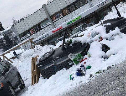 OVERFYLT: Det ligger både knust glass og søppel i snøen rundt containeren utenfor Rasta senter i Lørenskog. Foto: RB-tipser