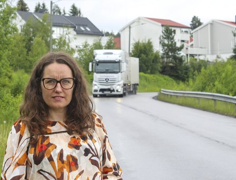 MOT LØSNING: Tungtransporten skal bort fra bebyggelsen i Tretjerndalsvegen på Lunderåsen i Sørum. Ordfører Marianne Grimstad Hansen (H) og flertallet har nå gått inn for en ny atkomstvei fra fylkesvei 171. Foto: Rune Fjellvang