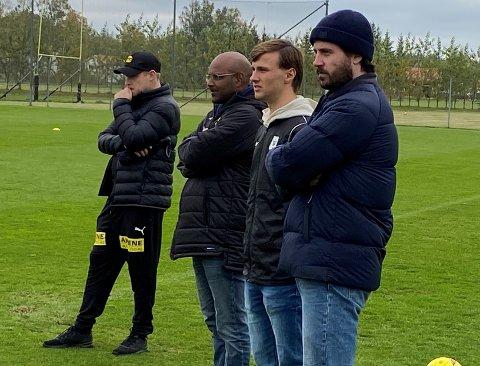 PÅ BESØK: Uranik Seferi (nr. 2 fra høyre) så mandag LSK-treningen sammenmed LSKs sportssjef Simon Mesfin og rådgiver Jens Holst (t.h). Til venstre står LSKs juniortrener Jørgen La Cour som tidligere har trent Seferi i Kvik Halden.