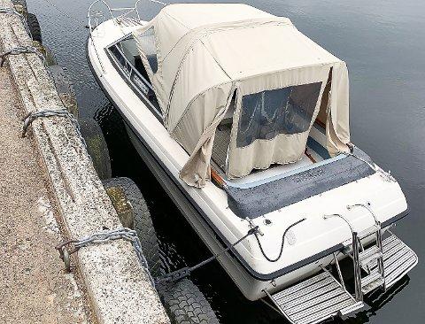 FORLATT: Her er båten liggende ved Holmsbu havn da den fortsatt var der.