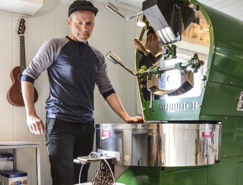 Kaffebrenner: Joar Christoffersen har over 15 års erfaring som kaffebrenner og barista. Nå har han for første gang startet mikrobrenneri alene. Alle foto: Kristin Bjørntvedt